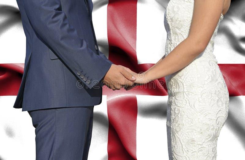 Marido y esposa que llevan a cabo las manos - fotograf?a conceptual del matrimonio en Inglaterra imágenes de archivo libres de regalías