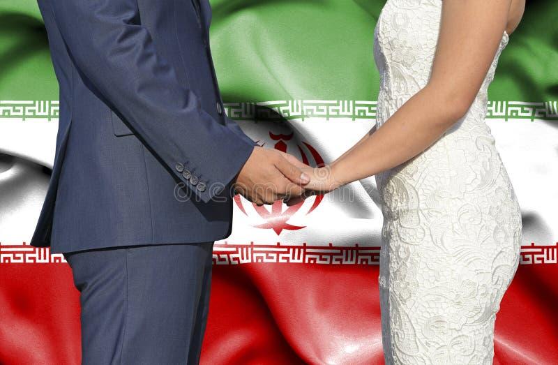 Marido y esposa que llevan a cabo las manos - fotograf?a conceptual del matrimonio en Ir?n imagenes de archivo