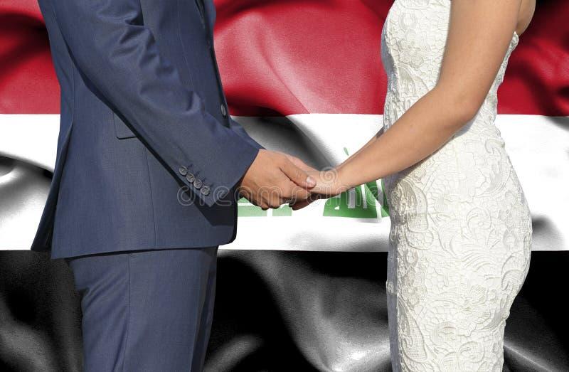 Marido y esposa que llevan a cabo las manos - fotograf?a conceptual del matrimonio en Iraq imagen de archivo libre de regalías