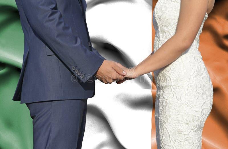 Marido y esposa que llevan a cabo las manos - fotograf?a conceptual del matrimonio en Irlanda imágenes de archivo libres de regalías