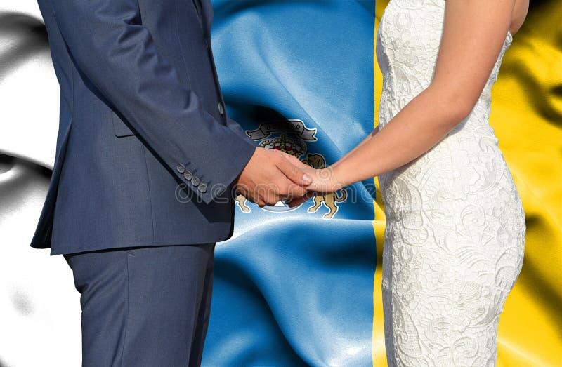 Marido y esposa que llevan a cabo las manos - fotograf?a conceptual del matrimonio en las islas Canarias fotografía de archivo libre de regalías