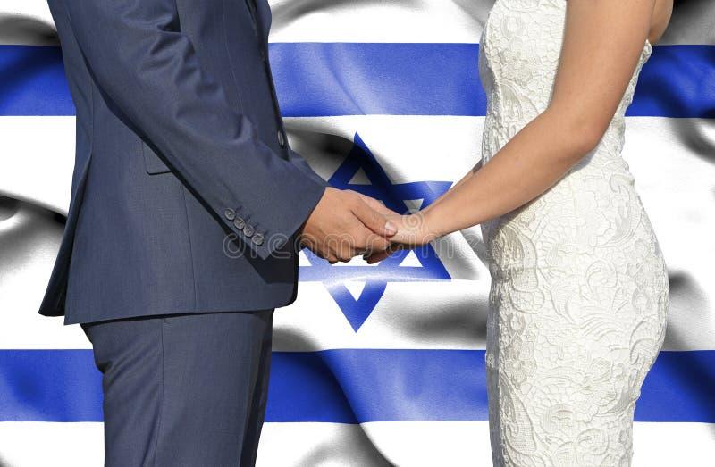 Marido y esposa que llevan a cabo las manos - fotograf?a conceptual del matrimonio en Israel foto de archivo