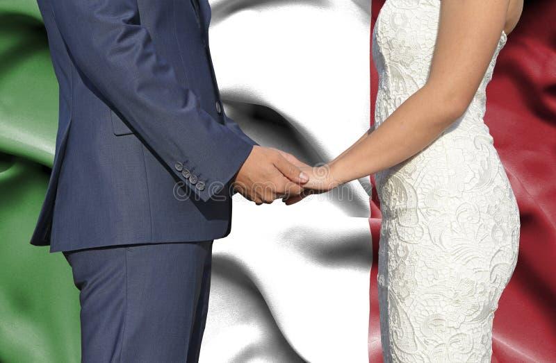Marido y esposa que llevan a cabo las manos - fotograf?a conceptual del matrimonio en Italia imagenes de archivo