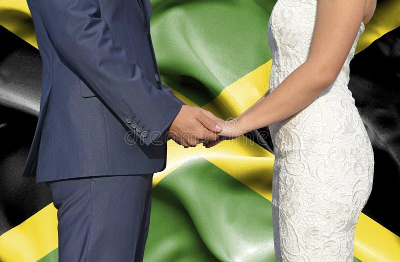 Marido y esposa que llevan a cabo las manos - fotograf?a conceptual del matrimonio en Jamaica imágenes de archivo libres de regalías