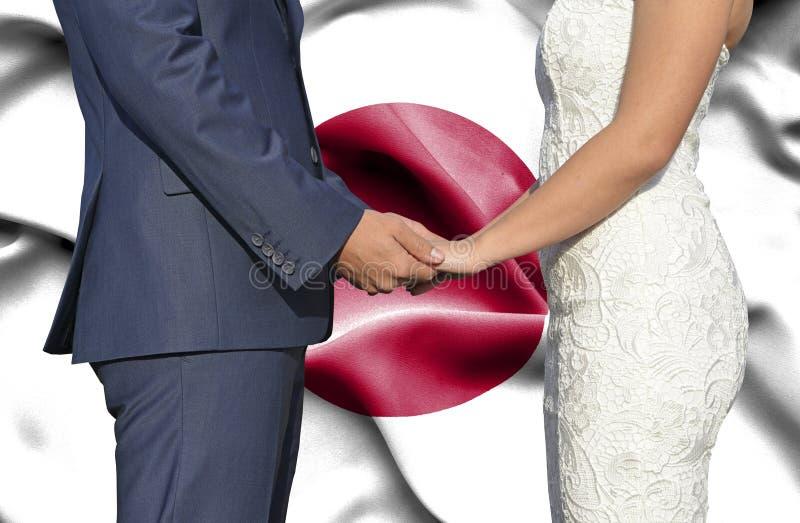 Marido y esposa que llevan a cabo las manos - fotograf?a conceptual del matrimonio en Jap?n fotografía de archivo libre de regalías