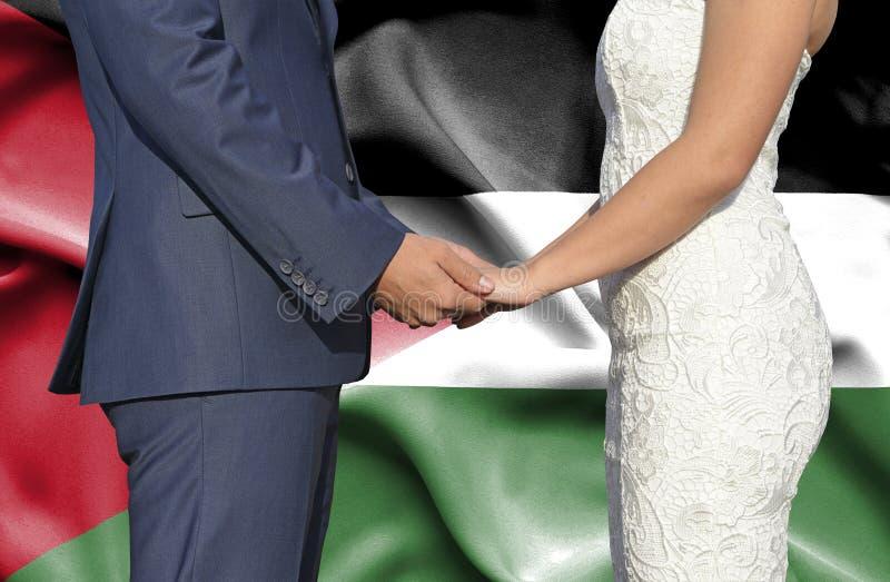 Marido y esposa que llevan a cabo las manos - fotograf?a conceptual del matrimonio en Jordania imagen de archivo