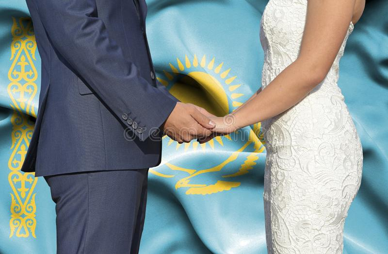 Marido y esposa que llevan a cabo las manos - fotograf?a conceptual del matrimonio en Kazajist?n imagenes de archivo
