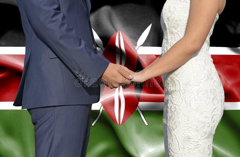 Marido y esposa que llevan a cabo las manos - fotograf?a conceptual del matrimonio en Kenia foto de archivo libre de regalías