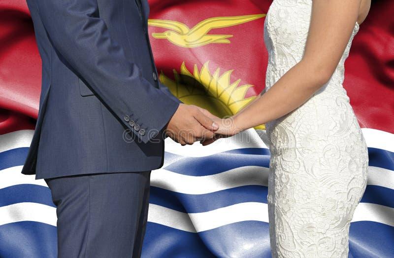Marido y esposa que llevan a cabo las manos - fotograf?a conceptual del matrimonio en Kiribati fotos de archivo libres de regalías