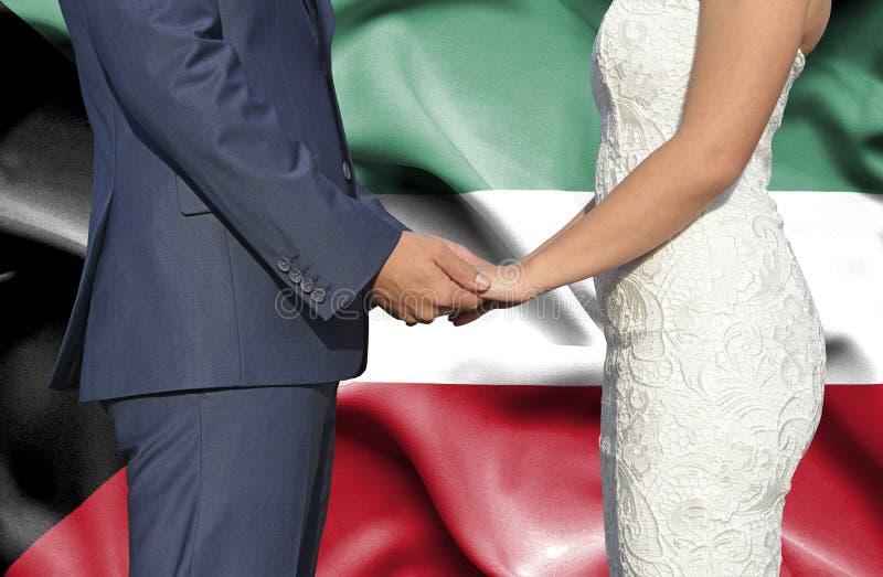Marido y esposa que llevan a cabo las manos - fotograf?a conceptual del matrimonio en Kuwait imagen de archivo