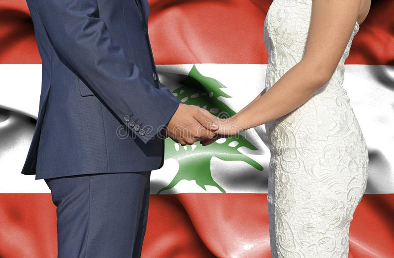 Marido y esposa que llevan a cabo las manos - fotograf?a conceptual del matrimonio en L?bano fotografía de archivo