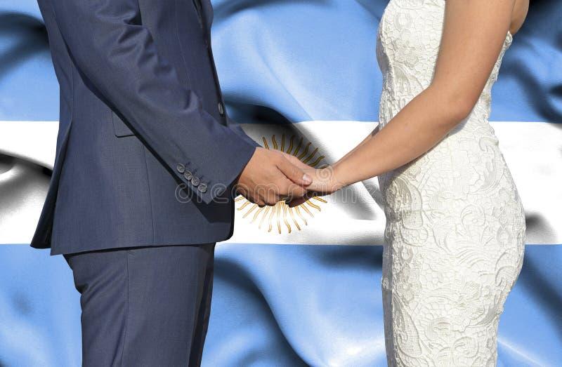 Marido y esposa que llevan a cabo las manos - fotograf?a conceptual del matrimonio en la Argentina foto de archivo libre de regalías
