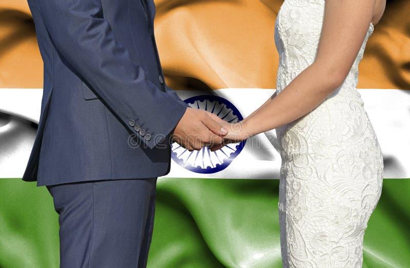 Marido y esposa que llevan a cabo las manos - fotograf?a conceptual del matrimonio en la India imagen de archivo libre de regalías