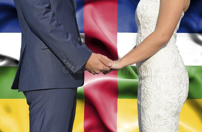 Marido y esposa que llevan a cabo las manos - fotograf?a conceptual del matrimonio en la Rep?blica Centroafricana fotos de archivo