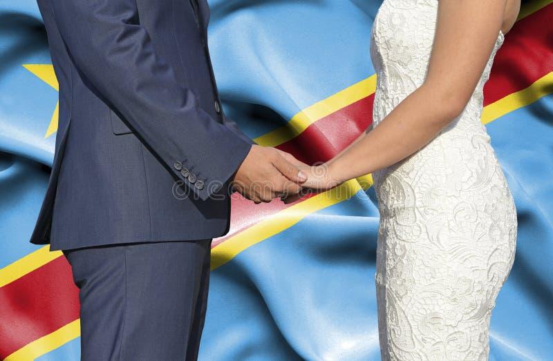 Marido y esposa que llevan a cabo las manos - fotograf?a conceptual del matrimonio en la rep?blica Democratic de Congo fotos de archivo libres de regalías