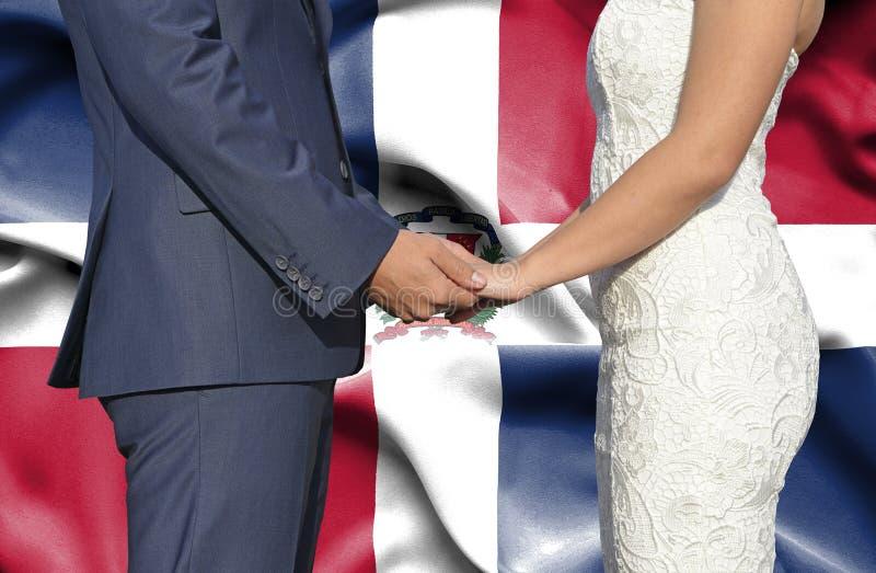 Marido y esposa que llevan a cabo las manos - fotograf?a conceptual del matrimonio en la Rep?blica Dominicana fotos de archivo