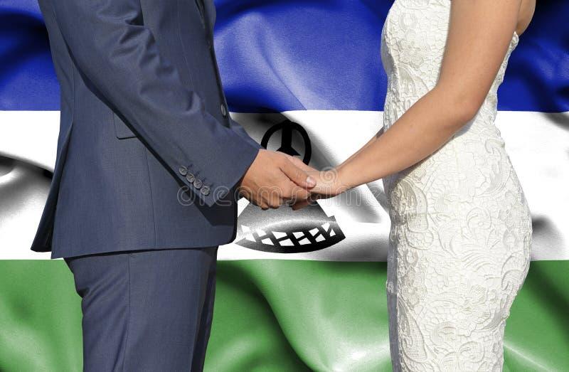 Marido y esposa que llevan a cabo las manos - fotograf?a conceptual del matrimonio en Lesotho fotografía de archivo libre de regalías