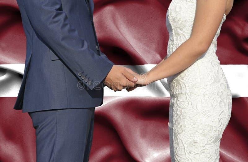Marido y esposa que llevan a cabo las manos - fotograf?a conceptual del matrimonio en Letonia imagen de archivo