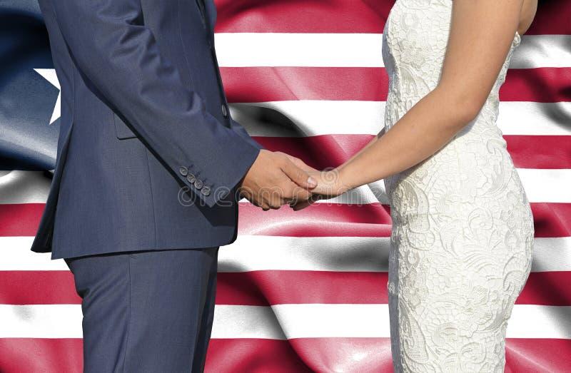 Marido y esposa que llevan a cabo las manos - fotograf?a conceptual del matrimonio en Liberia fotos de archivo