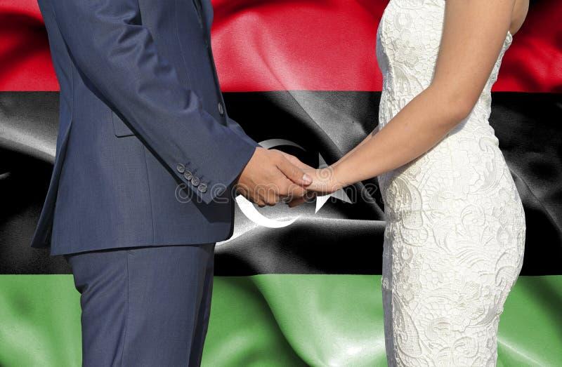 Marido y esposa que llevan a cabo las manos - fotograf?a conceptual del matrimonio en Libia imagen de archivo libre de regalías