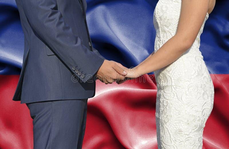Marido y esposa que llevan a cabo las manos - fotograf?a conceptual del matrimonio en Lichtenstein fotos de archivo