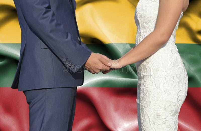 Marido y esposa que llevan a cabo las manos - fotograf?a conceptual del matrimonio en Lituania imagen de archivo