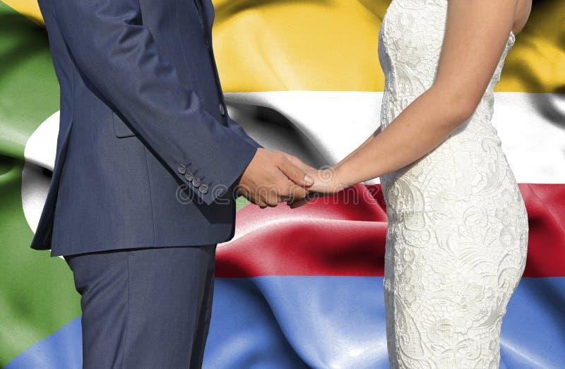 Marido y esposa que llevan a cabo las manos - fotograf?a conceptual del matrimonio en los Comoro foto de archivo