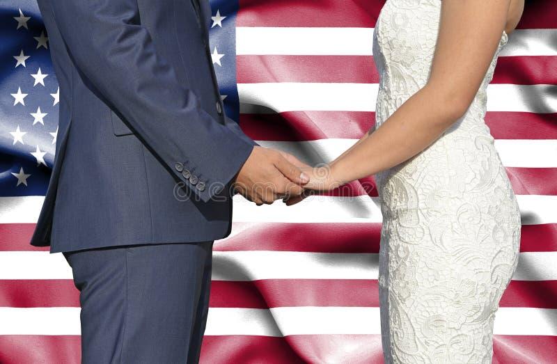 Marido y esposa que llevan a cabo las manos - fotograf?a conceptual del matrimonio en los Estados Unidos de Am?rica fotografía de archivo