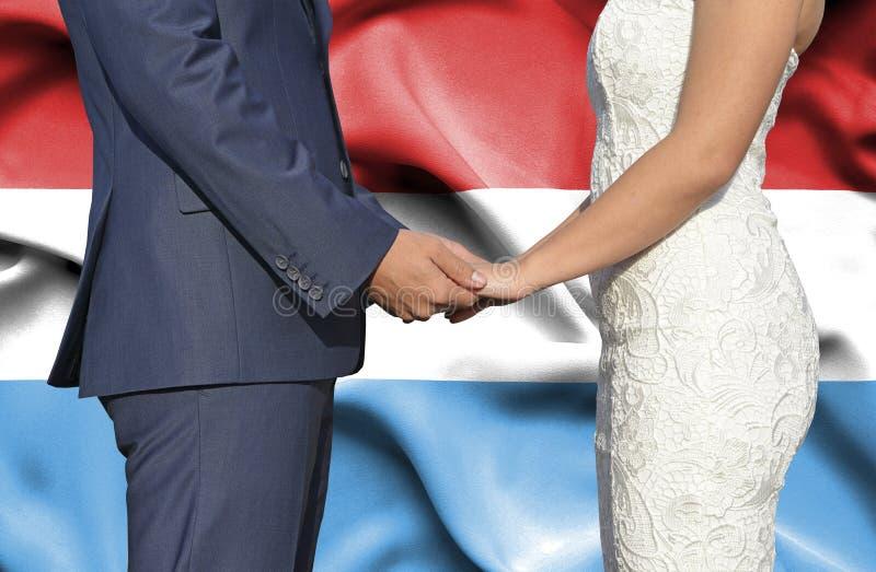 Marido y esposa que llevan a cabo las manos - fotograf?a conceptual del matrimonio en Luxemburgo imagenes de archivo