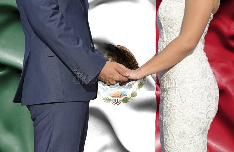 Marido y esposa que llevan a cabo las manos - fotograf?a conceptual del matrimonio en M?xico imágenes de archivo libres de regalías
