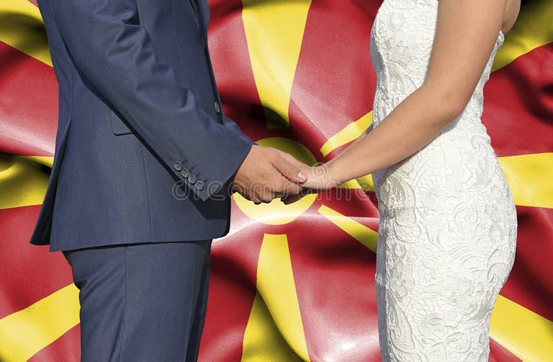 Marido y esposa que llevan a cabo las manos - fotograf?a conceptual del matrimonio en Macedonia fotografía de archivo libre de regalías