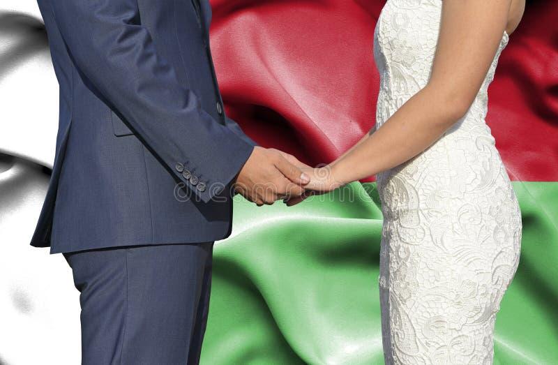 Marido y esposa que llevan a cabo las manos - fotograf?a conceptual del matrimonio en Madagascar foto de archivo libre de regalías