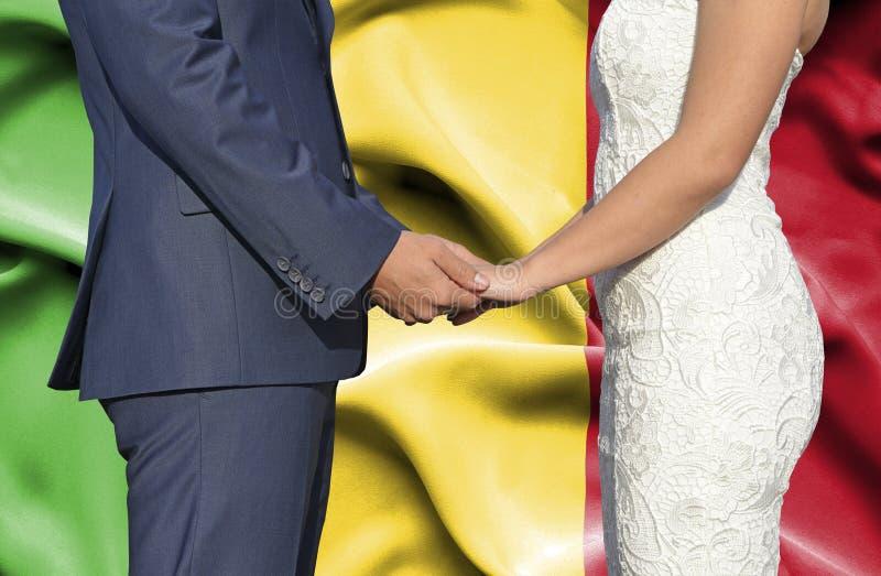 Marido y esposa que llevan a cabo las manos - fotograf?a conceptual del matrimonio en Mal? imágenes de archivo libres de regalías