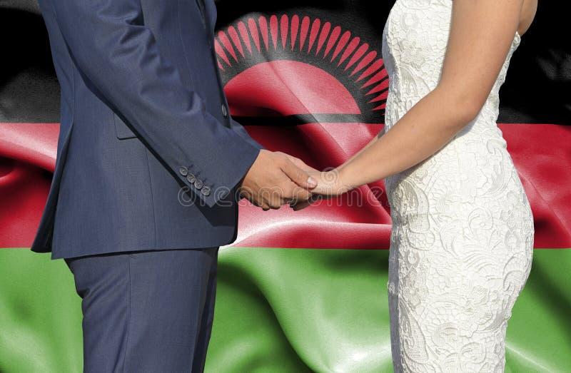 Marido y esposa que llevan a cabo las manos - fotograf?a conceptual del matrimonio en Malawi imagen de archivo libre de regalías
