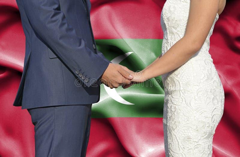 Marido y esposa que llevan a cabo las manos - fotograf?a conceptual del matrimonio en Maldivas fotografía de archivo