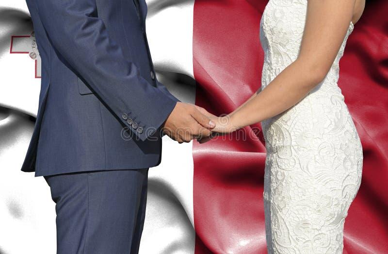 Marido y esposa que llevan a cabo las manos - fotograf?a conceptual del matrimonio en Malta foto de archivo libre de regalías