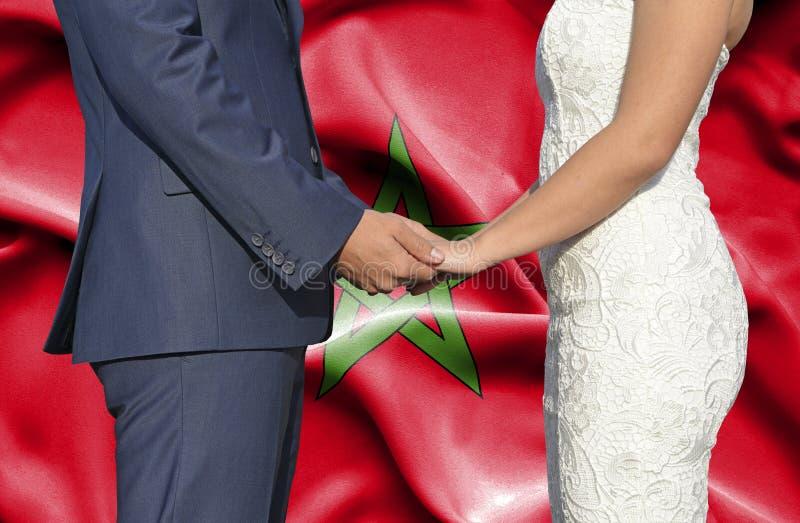 Marido y esposa que llevan a cabo las manos - fotograf?a conceptual del matrimonio en Marruecos imagenes de archivo
