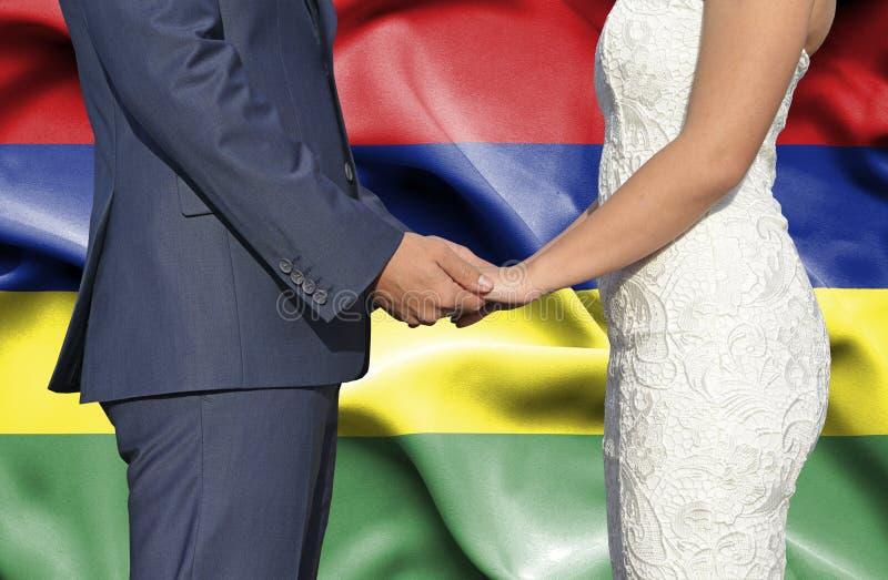 Marido y esposa que llevan a cabo las manos - fotograf?a conceptual del matrimonio en Mauricio imágenes de archivo libres de regalías