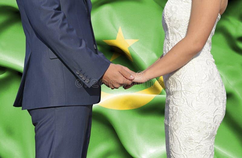 Marido y esposa que llevan a cabo las manos - fotograf?a conceptual del matrimonio en Mauritania imagen de archivo