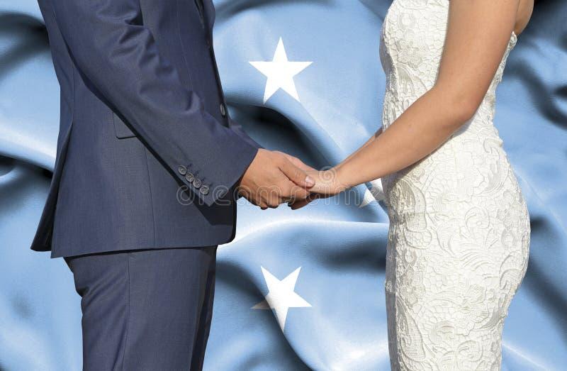 Marido y esposa que llevan a cabo las manos - fotograf?a conceptual del matrimonio en Micronesia imagen de archivo libre de regalías