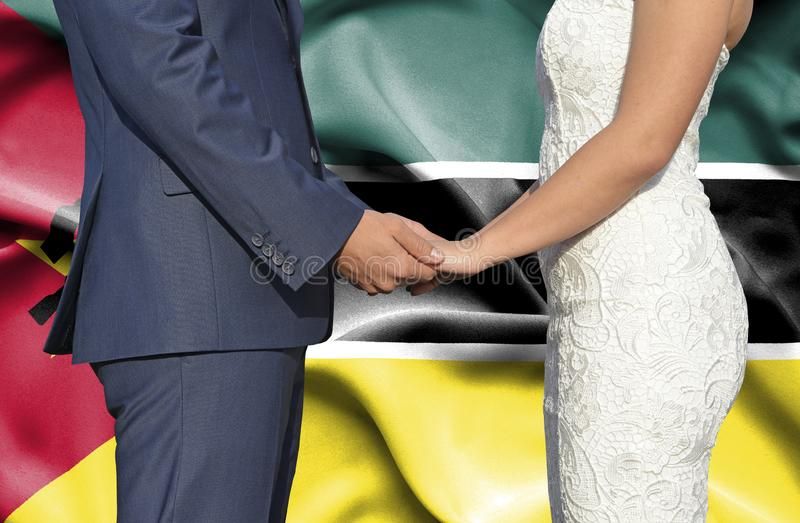 Marido y esposa que llevan a cabo las manos - fotograf?a conceptual del matrimonio en Mozambique foto de archivo libre de regalías