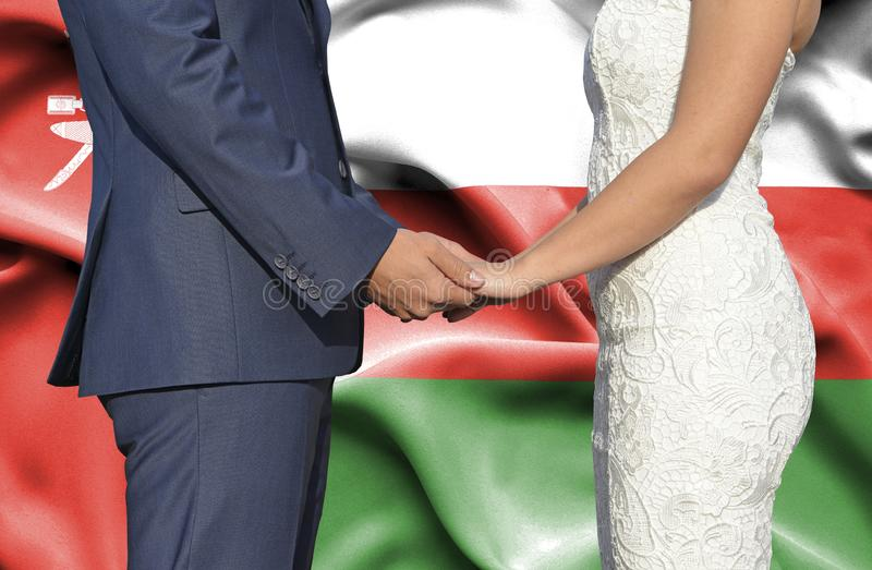 Marido y esposa que llevan a cabo las manos - fotograf?a conceptual del matrimonio en Om?n imágenes de archivo libres de regalías