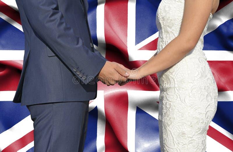 Marido y esposa que llevan a cabo las manos - fotograf?a conceptual del matrimonio en Reino Unido fotos de archivo libres de regalías