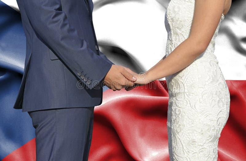 Marido y esposa que llevan a cabo las manos - fotograf?a conceptual del matrimonio en Rep?blica Checa foto de archivo