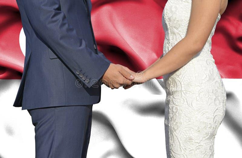 Marido y esposa que llevan a cabo las manos - fotograf?a conceptual del matrimonio en Singapoore imagenes de archivo