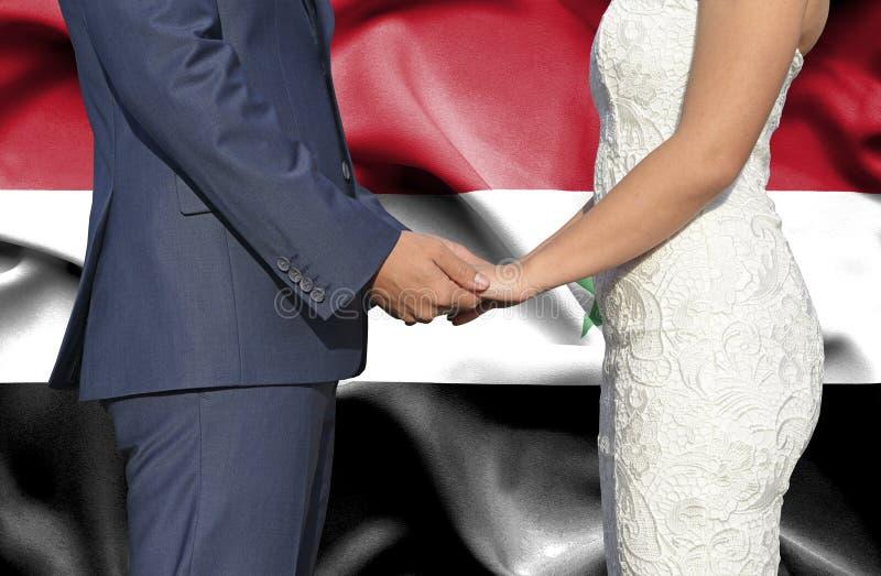 Marido y esposa que llevan a cabo las manos - fotograf?a conceptual del matrimonio en Siria foto de archivo libre de regalías