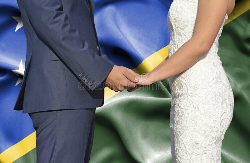 Marido y esposa que llevan a cabo las manos - fotograf?a conceptual del matrimonio en Solomon Islands foto de archivo libre de regalías