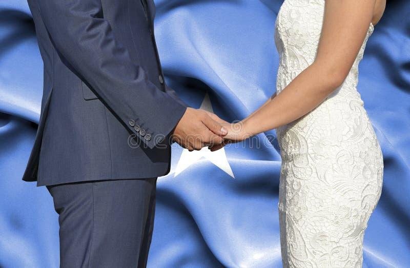 Marido y esposa que llevan a cabo las manos - fotograf?a conceptual del matrimonio en Somalia imagen de archivo