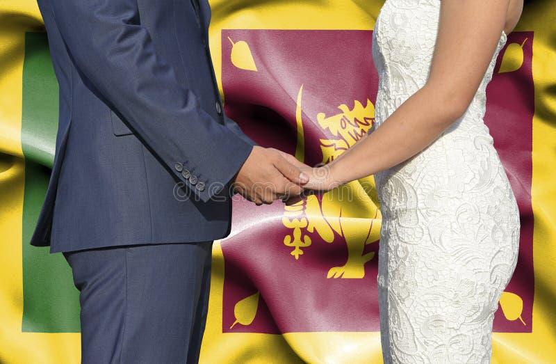 Marido y esposa que llevan a cabo las manos - fotograf?a conceptual del matrimonio en Sri Lanka imagen de archivo