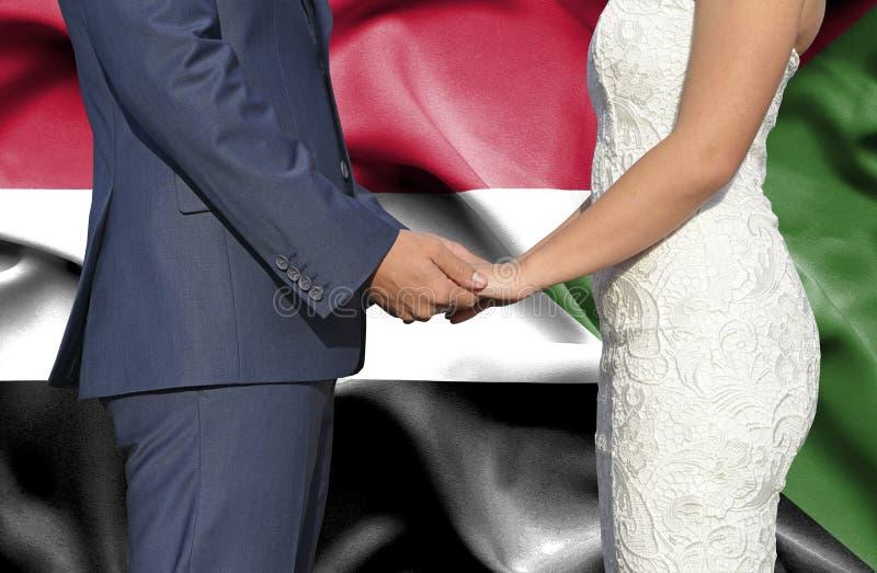 Marido y esposa que llevan a cabo las manos - fotograf?a conceptual del matrimonio en Sud?n fotos de archivo libres de regalías